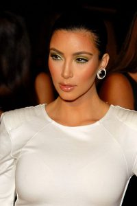 Kim Kardashian pute breat milk on her psoriasis to cure it